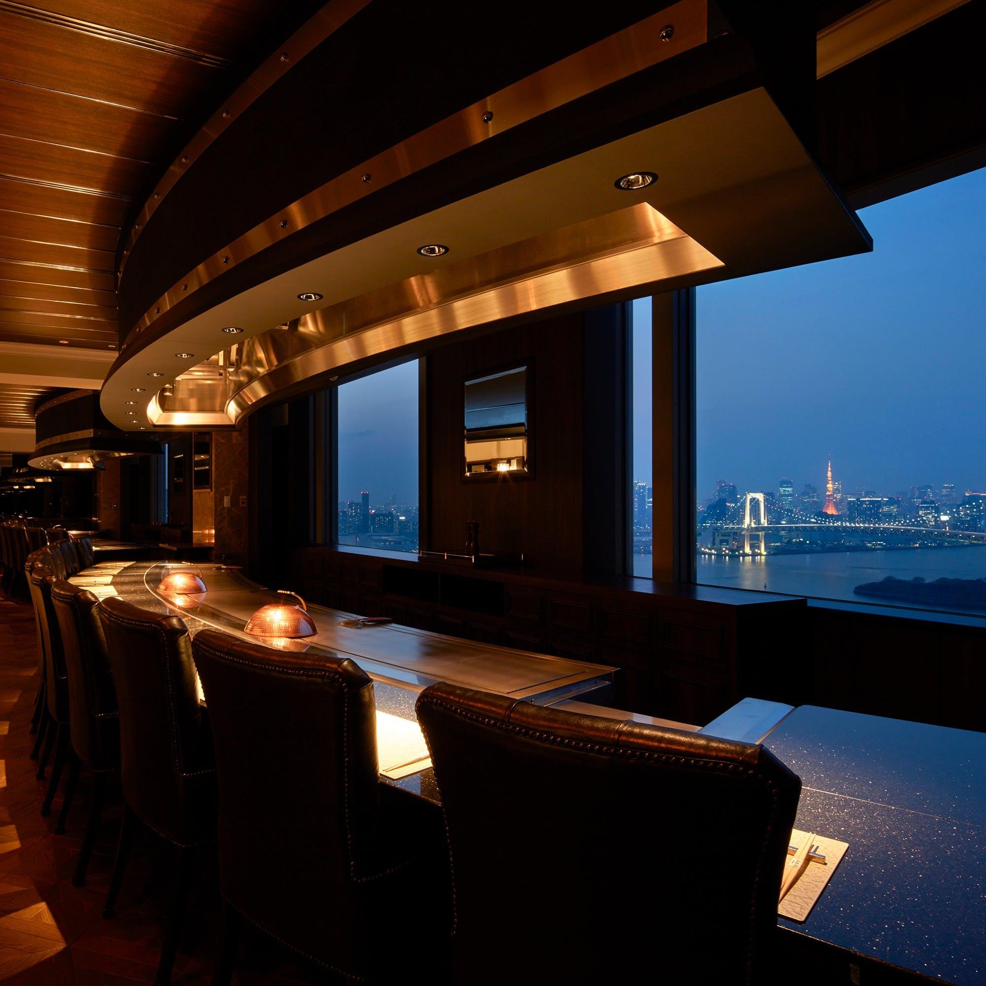 地上100mから望む美しい東京の夜景に酔いしれる