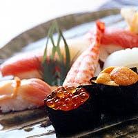 開放感あふれる雰囲気の中、職人の確かな腕による寿司をお楽しみください