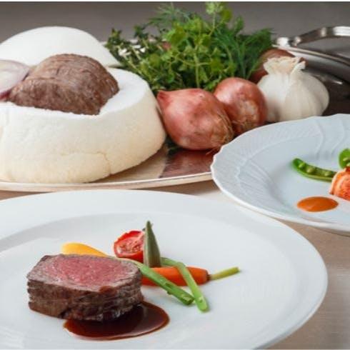 目の前で仕上げる料理に、出来立ての香りと音、そして味を存分に。