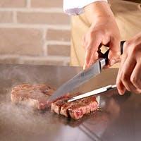 黒毛和牛や鮑・車海老などの魚介をお客さまの目の前の鉄板で調理いたします。