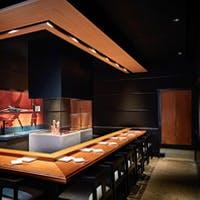 カウンター席で味わう炭火焼・鉄板焼・寿司・天ぷら
