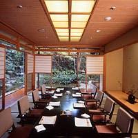 四季折々を楽しめる日本庭園を望む個室や、落ち着いた雰囲気の広間をご用意
