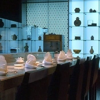 オープンキッチンもある明るい店内