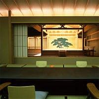 座敷から二間の障子を開け放つと眼前には、鏡板の松と共に美しき舞台が開けます