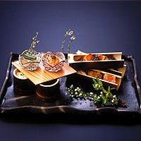 テーブル席にて味わう五皿完結のコース料理