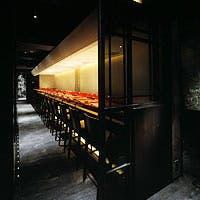 12メートルの紅殻塗りのカウンターは鰤門のメインステージ