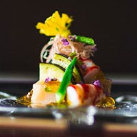 旬の素材を生かした本格的な日本料理をスタイリッシュな空間で堪能