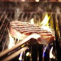 極上の肉、新鮮な魚介類を薪のオーブンでシンプルかつダイナミックに