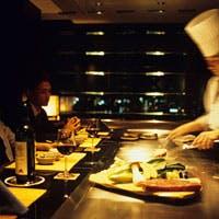 香り、音、旨味、五感の全てで食を味わう。鉄板焼のエンターテイメント