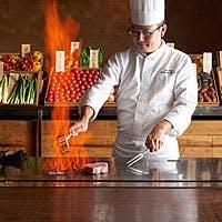 食材を選ぶ楽しみ。ダイナミックに料理を仕上げていくシェフ。