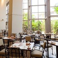 光が降り注ぎ緑いっぱいのテラスレストラン