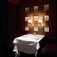 お食事を引き立てる上質なアートの数々