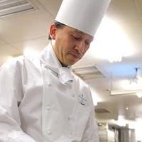 シェフ毛塚智之は、お客様へ気持ちを込めたおもてなしの料理を提供しています