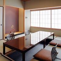 落ち着いた雰囲気の店内で、日本料理をごゆっくりご堪能下さい