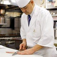 鏑木富男和食料理長は、常に一期一会の精神でお客様に料理を提供しています