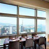 ホテル最上階から福岡を一望できる店内