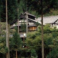 京都市内より車で30分。専用つり橋を渡るもみじに囲まれた宿