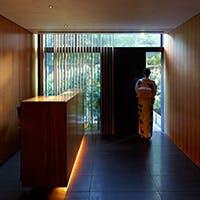名刹の敷地に隣接する隈研吾氏が設計した上質な空間で旬材の共演が誘う