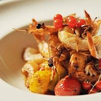 新鮮な魚介類、畑から直接届く有機野菜、健康的に育てられた豚・牛・鶏、素材の料理