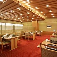 日本人の一番落ち着く木目調を基調とし、朱色の絨毯が華やかな印象を与えます。