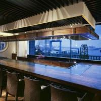 オーシャンビューのカウンターで、絶品の料理と寛いだ時の流れをお楽しみください