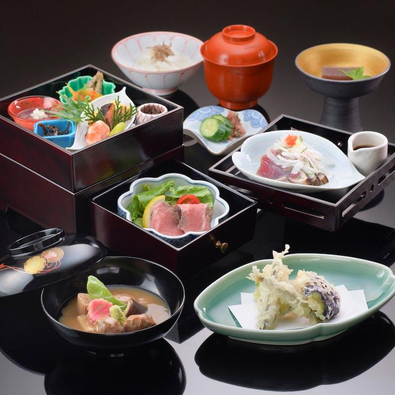 【一楽】季節の煮物、焼物、揚げ物などをお楽しみいただける三段弁当