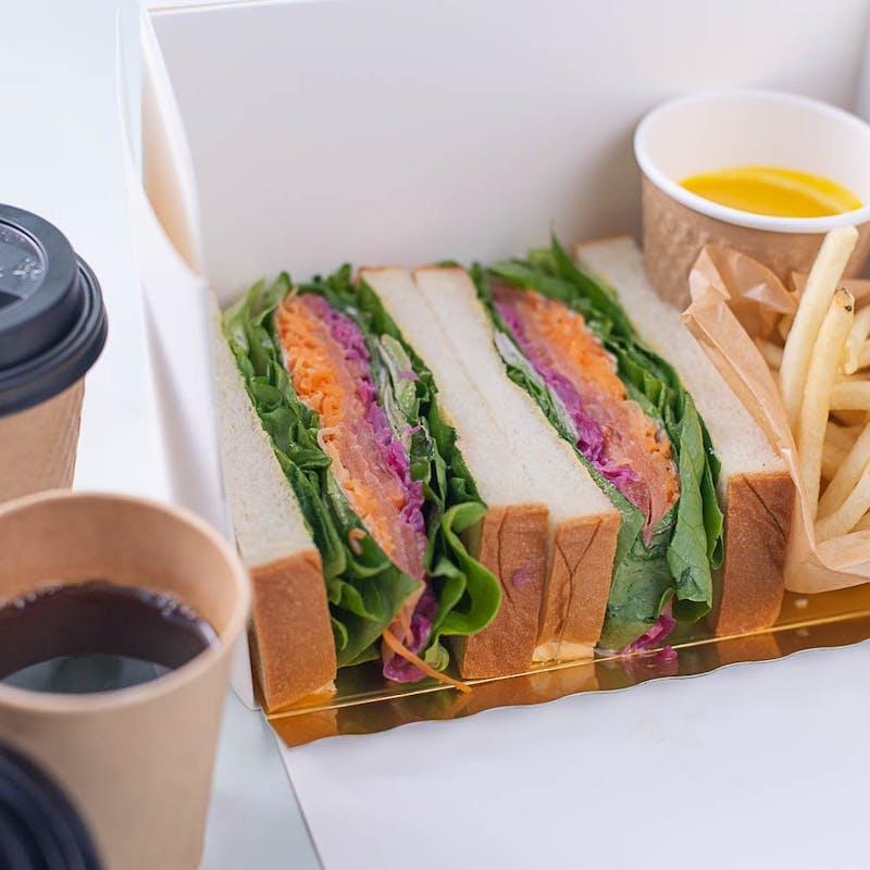 【シェフの気まぐれサンドイッチBOX】フライドポテト、スープ付(テイクアウト専用プラン)