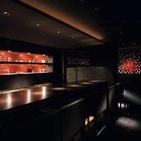 銀座の中心に思いがけない大人の空間。食事やバー、個室など様々なシチュエーションで