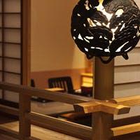 風格ある数寄屋門をくぐると、地下に広がる京町家風情の和の空間