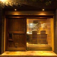 蔵扉が特徴の外観。鉄板前のカウンターのほか、奥にはグループ向けのテーブル席も