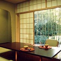 数奇屋造りの本館と合掌造りの別館があり、各お座敷は竹林の庭に面しています