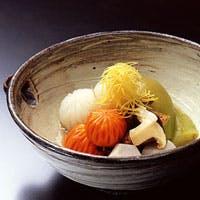 創業300余年、旬の食材をふんだんに使い、伝承の川魚料理を加えた伝統京懐石を