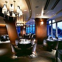 港の風景を臨む開放的なテラスのあるコンチネンタル・レストラン