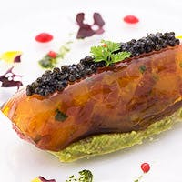 厳選された旬の食材を枠にとらわれない独創的な美しい一皿に・・・
