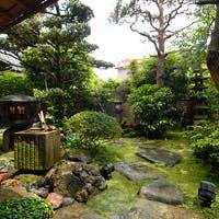 しっとりと落ち着いた庭園