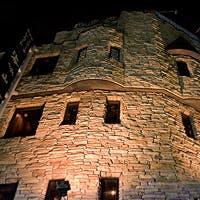 古城のような建物、店内は全席カウンター(貸切利用可)。厚さ20mmの鉄板が自慢