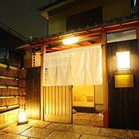 路地裏に佇む日本建築の贅を尽くした優麗な一軒家で、神楽坂の粋な夜を