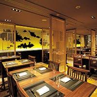 御堂筋に面した明るい店内。四季折々の銀杏並木をお愉しみいただけるレストラン