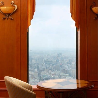 名古屋の都市を眼下に優雅なランチタイムを