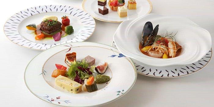 オードブルに肉と魚のWメイン、デザートなどのコース料理