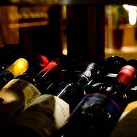 しっとりと落ち着いた空間で、美食と相性のいいワインを重ねる