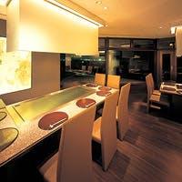 ホテル最上階からの夜景と、料理を楽しめる落ち着いた空間