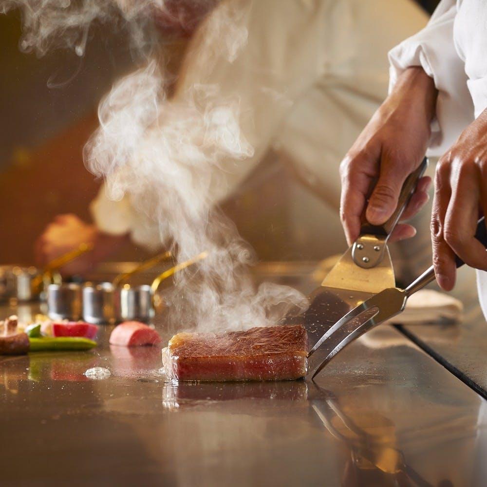 シェフの鮮やかな手さばきを見ながら厳選された食材を味わう