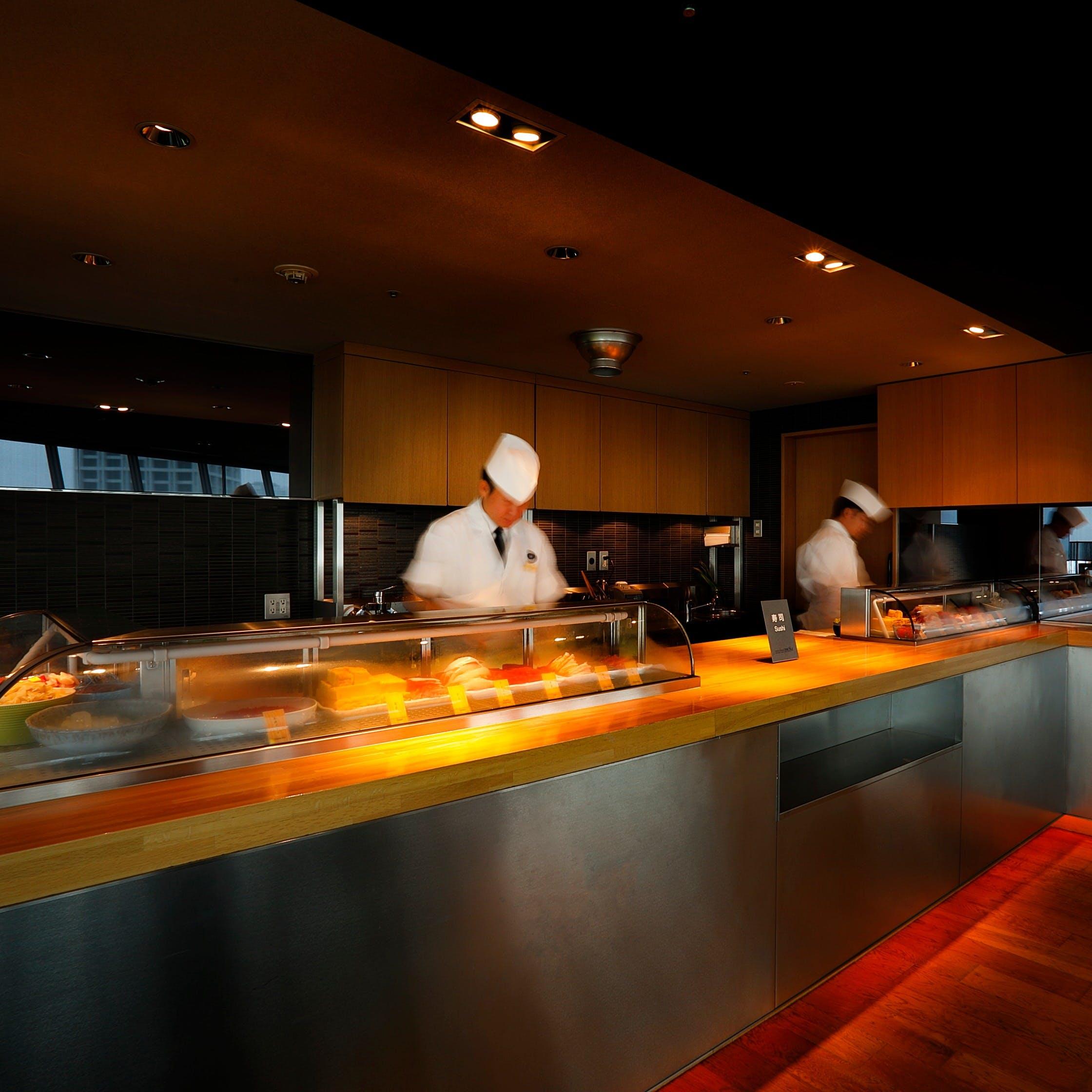 シェフの手捌きを目の当たりにできる「ステージキッチン」から出来立ての料理をご提供