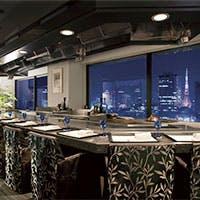 大都会の美しい夜景を楽しめ、落着いたインテリアでくつろげる大人のレストラン