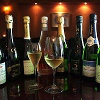 シニアソムリエ厳選の200種類以上のシャンパンと、400種類以上のワインを貯蔵