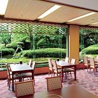 兼六園をイメージした日本庭園を望みながら、和やかなお時間をお過ごしいただけます
