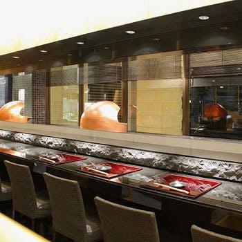 天ぷらの醍醐味を楽しめるカウンター、土佐堀川を望めるテーブル、ゆったりとした個室