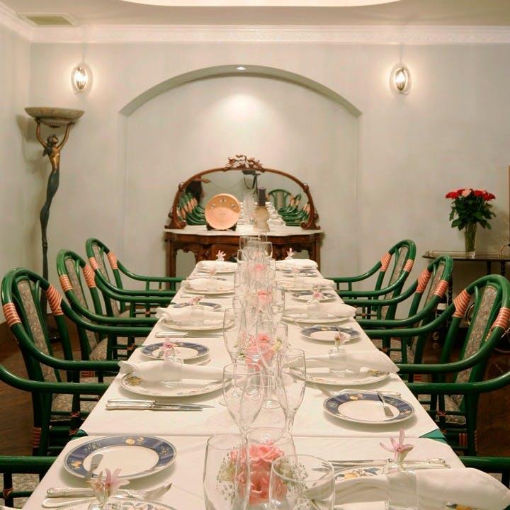 白金の隠れ家的レストランで優雅なひとときをお楽しみください