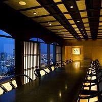 観る者を圧倒するパノラマビューと、日本の伝統的な色彩が溢れる上質な寛ぎの空間